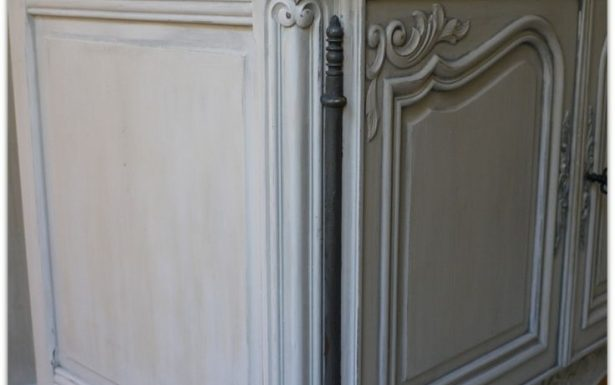 armoire ancienne patinee grise et blanche